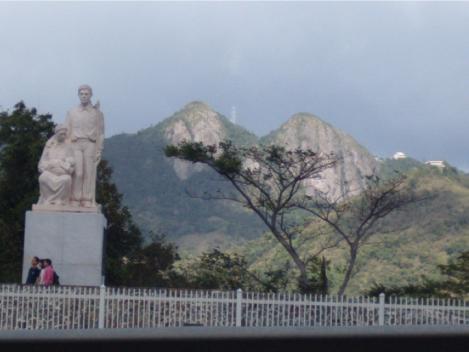 """Sombrado en el paisaje, el """"Monumento al Jíbaro Puertorriqueño""""."""